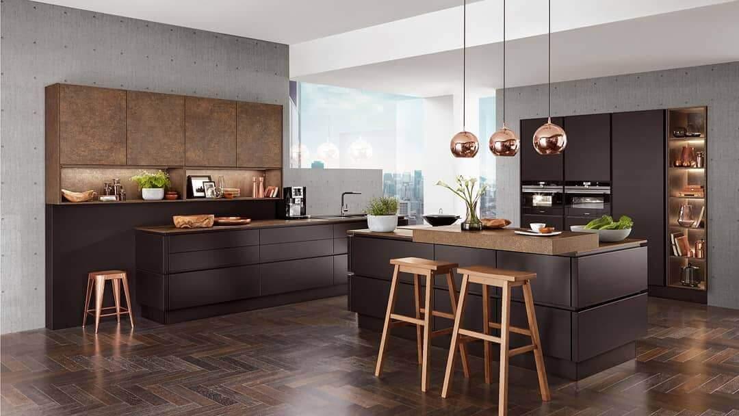 темно-коричневая кухня в сочетании с темным полом