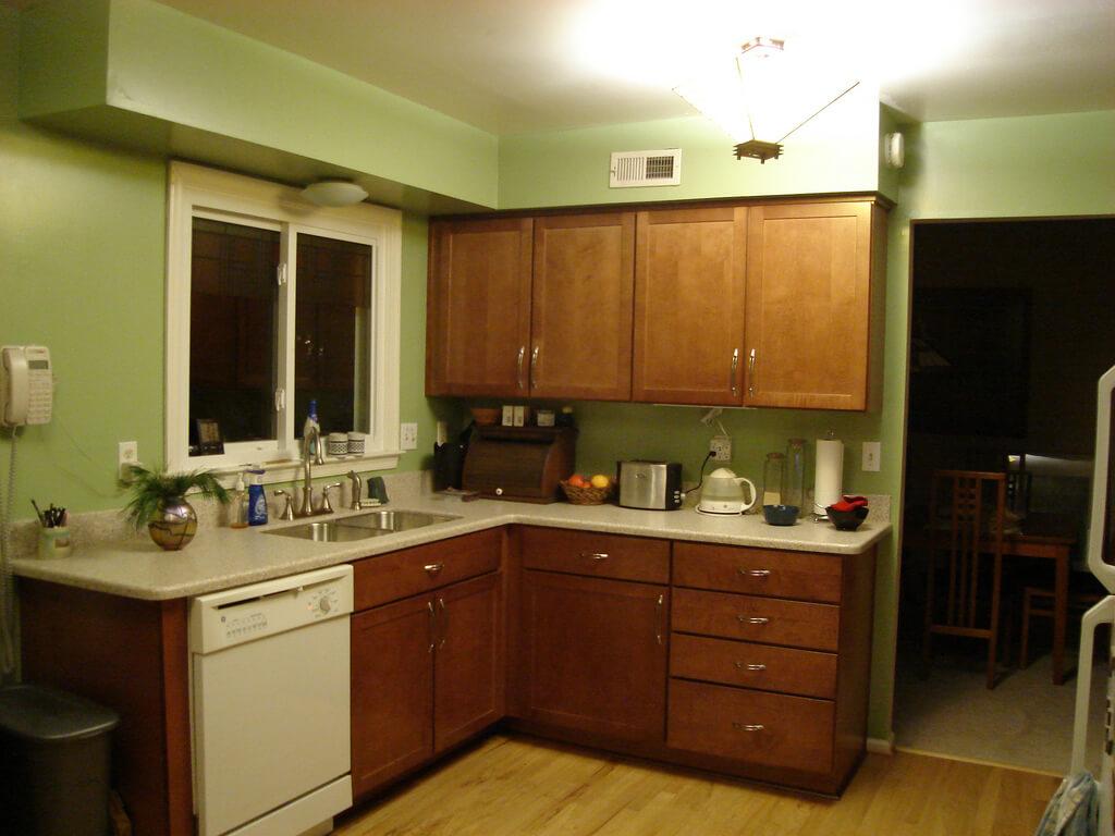 темно-коричневый в интерьере фисташковой кухни