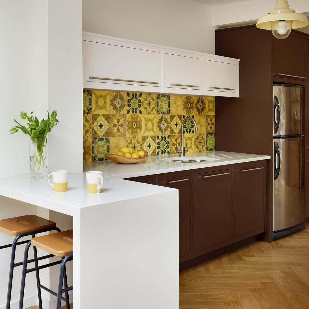 бело-коричневая кухня с ярким сочным фартуком